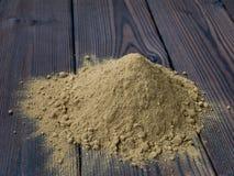 Pila del polvo de la alheña en el fondo de madera texturizado Fotografía de archivo libre de regalías