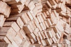 Pila del primo piano di spazii in bianco di legno per i chip della mobilia di produzione fotografie stock