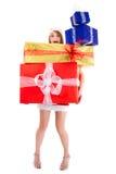 Pila del regalo de la mujer de la Navidad que lleva Imagen de archivo