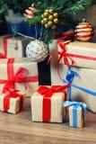 Pila del regalo debajo del árbol Imagen de archivo libre de regalías