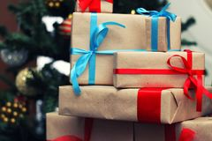 Pila del regalo debajo del árbol Foto de archivo