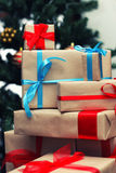Pila del regalo debajo del árbol Fotografía de archivo libre de regalías