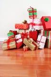Pila del regalo en un suelo fotografía de archivo