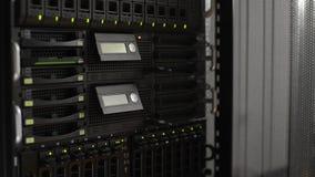 Pila del servidor con los discos duros Centro de datos almacen de video