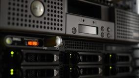 Pila del servidor con los discos duros y archiver LTO8 del centro de datos almacen de metraje de vídeo