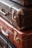 Pila del vintage de las maletas todavía del primer de vida Fotos de archivo