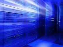 Pila dell'elaboratore centrale nella sfuocatura blu della stanza del server Immagine Stock