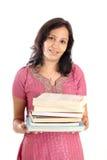 Pila della holding dell'allievo femminile di libri Fotografia Stock