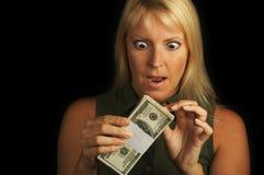 Pila della holding della donna di soldi Fotografia Stock