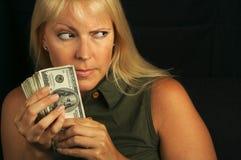 Pila della holding della donna di soldi Fotografie Stock