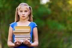 Pila della holding della ragazza dell'adolescente Fotografia Stock Libera da Diritti