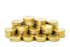 Pila della moneta di oro isolata su fondo bianco Immagine Stock Libera da Diritti