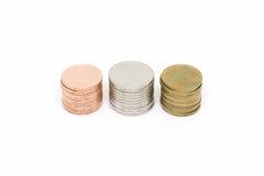 Pila della moneta isolata su priorità bassa bianca Fotografia Stock