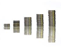 Pila della moneta nel fondo bianco piacevole Fotografie Stock