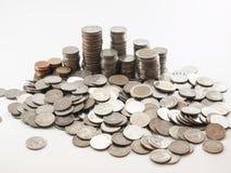 Pila della moneta & x28; Baht& x29; nel fondo bianco Fotografie Stock Libere da Diritti