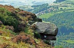 Pila della roccia sul pendio di collina, distretto di punta del Derbyshire fotografia stock