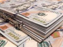 Pila delle banconote in dollari di nuovo cento Immagine Stock