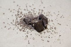Pila delle barre di cioccolato su fondo leggero Immagini Stock