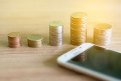 Pila delle monete di monete che risparmiano soldi e reddito o idee e gestione finanziaria di investimento per il futuro fotografia stock libera da diritti