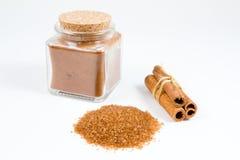 Pila dello zucchero bruno e della cannella Immagini Stock Libere da Diritti
