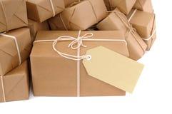 Pila desordenada de paquetes marrones con la etiqueta Fotos de archivo