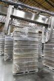 Pila di acqua in bottiglia tenuta in magazzino fotografia stock