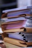 Pila di archivi all'ufficio fotografia stock libera da diritti