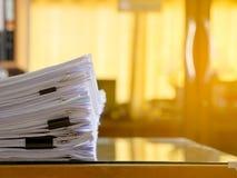 Pila di archivi cartacei sullo scrittorio del lavoro in ufficio Fotografie Stock Libere da Diritti