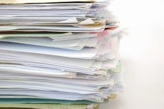 Pila di archivi in pieno dei documenti Fotografia Stock Libera da Diritti