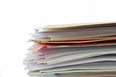 Pila di archivi in pieno dei documenti Immagini Stock
