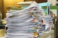 Pila di archivi in pieno dei documenti significando Immagini Stock