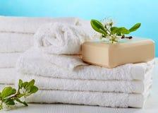 Pila di asciugamani bianchi della stazione termale Immagini Stock Libere da Diritti