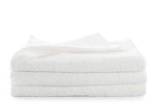 Pila di asciugamani bianchi isolati Fotografia Stock Libera da Diritti