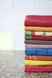 Pila di asciugamani di cucina variopinti Fotografie Stock