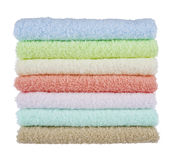 Pila di asciugamani lanuginosi isolati su fondo bianco Fotografie Stock