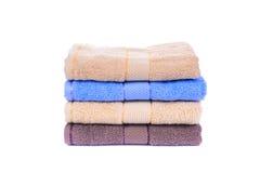 Pila di asciugamani variopinti isolati su bianco Fotografie Stock