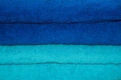 Pila di azzurro e di tovaglioli colorati turchese. Immagini Stock Libere da Diritti