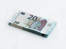 Pila di banconote degno l'euro 20 isolato su un fondo bianco Immagine Stock