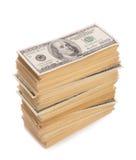 Pila di banconote dei dollari isolate su bianco Immagine Stock