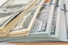 Pila di banconote in dollari dell'americano cento dei soldi Fotografia Stock