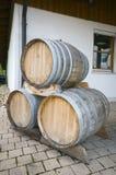 Pila di barilotti di vino della quercia Fotografia Stock Libera da Diritti