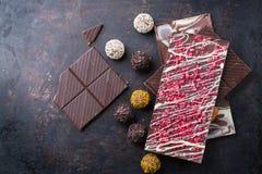 Pila di barre di cioccolato e di tartufo della pralina fotografie stock