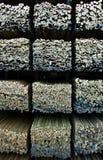 Pila di barre di legno numerate in un magazzino Fotografie Stock Libere da Diritti