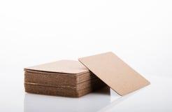 Pila di biglietto da visita in bianco su fondo bianco Fotografie Stock