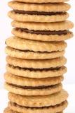 Pila di biscotti con il materiale da otturazione del cioccolato fotografia stock
