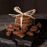Pila di biscotti del cereale con i pezzi rotti intorno Fotografie Stock Libere da Diritti