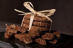 Pila di biscotti del cereale sulla pietra nera Immagini Stock Libere da Diritti