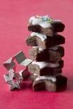 Pila di biscotti della stella con le taglierine dei biscotti Fotografie Stock Libere da Diritti