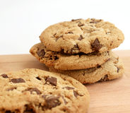 Pila di biscotti di pepita di cioccolato su fondo di legno Fotografie Stock Libere da Diritti