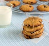 Pila di biscotti dolci con i pezzi ed il latte del cioccolato Fotografie Stock